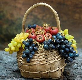cesto frutta mele e uva