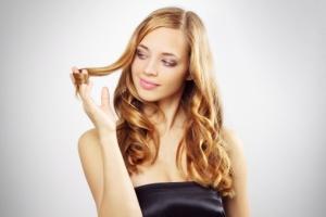 donna_guarda_capelli