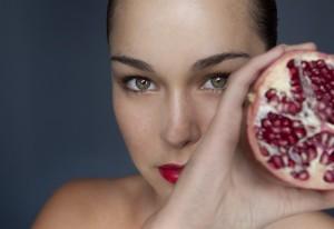 melograno-frutto-donna_650x447