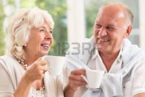 53516665-felici-anziane-persone-sposate-sorridenti-e-bere-caff